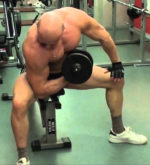 Concentrated bending of the arms is usually done with dumbbells; experienced bodybuilders use weights.