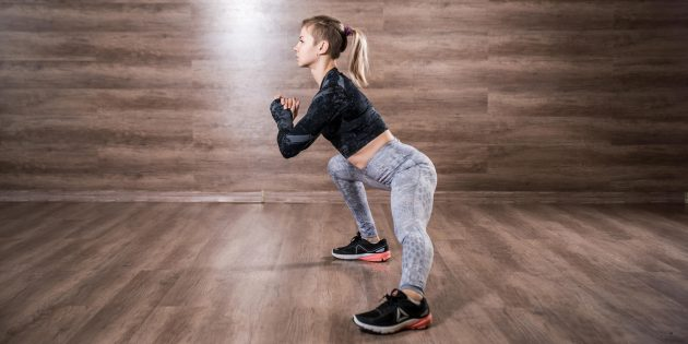 Lateral lunges: squat, while it turns out to maintain a neutral position of the lower back
